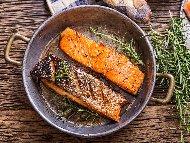 Рецепта Запържено филе от риба сьомга в масло, мед и чесън на тиган